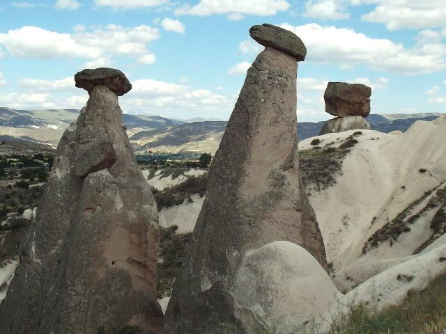 しめじ、椎茸、マッシュルームーカッパドキアの様々な形のキノコ岩