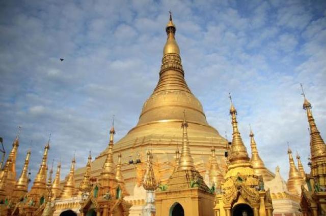 ミャンマーで絶対行きたいスポット。黄金に輝くシュエダゴン・パゴダを観光