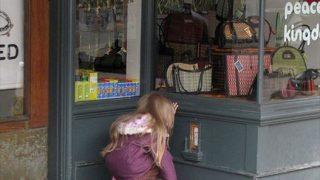 大人も子供も思わずのぞいちゃう!「妖精のドア」があらわれるアメリカの街