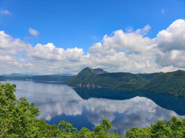 奥底まで覗いてみたいミステリアス・ブルー 世界の美しい湖