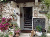 おとぎ話の世界に迷い込んだよう。南仏のスミレの村「Tourettes Sur Loup」