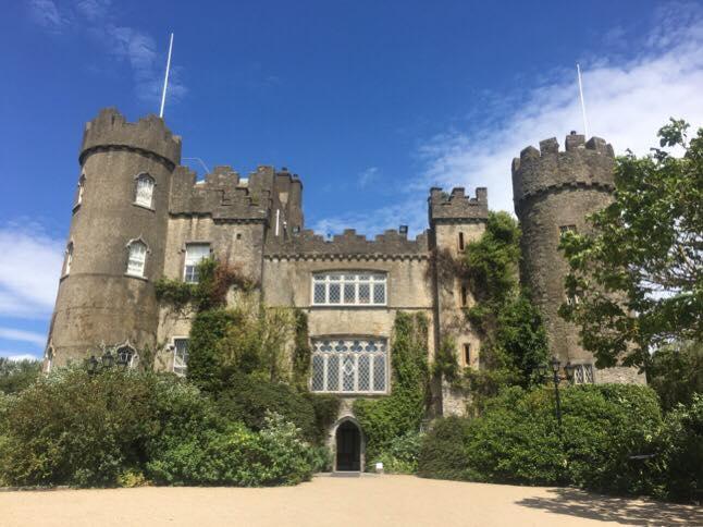 アイリッシュレイルDART(ダート)を使ってプチ旅行気分。幽霊の出るお城!?マラハイド城へ。