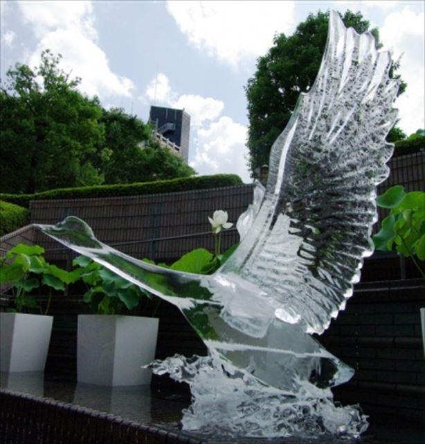 """暑い夏に涼やかな氷彫刻を~""""時の芸術""""を公開"""