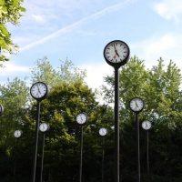 ドイツらしい?!24個の時計が並ぶアート