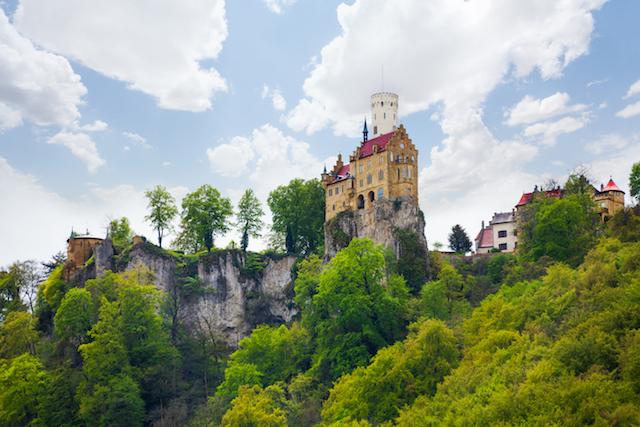 騎士物語から生まれた、断崖にそびえるドイツの「妖精の城」・リヒテンシュタイン城