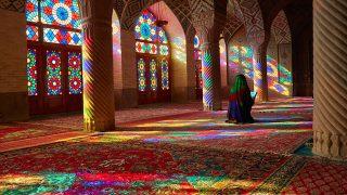 巨大な万華鏡?!イランのピンク・モスクに差し込むステンドグラスの光に包まれる。