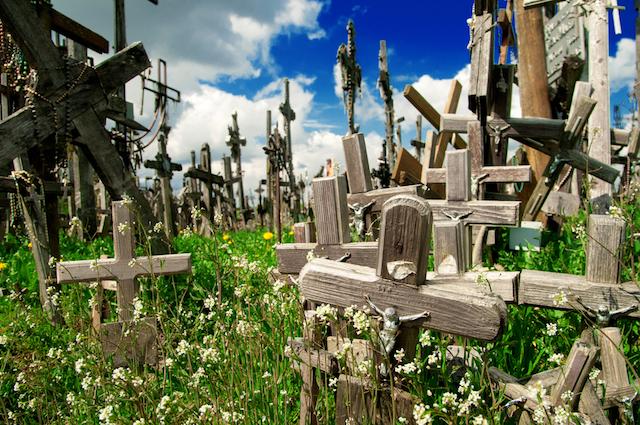 無形文化遺産の奇景、5万本もの十字架が並ぶリトアニアの聖地「十字架の丘」