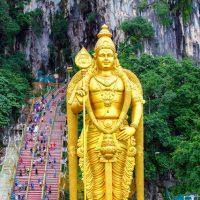 神聖にしてポップな世界が洞窟に広がる!マレーシアのバトゥ洞窟。