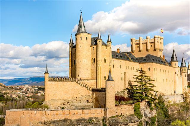 【スペイン】「白雪姫」のお城のモデル、世界遺産の街・セゴビアの古城「アルカサル」が美しい