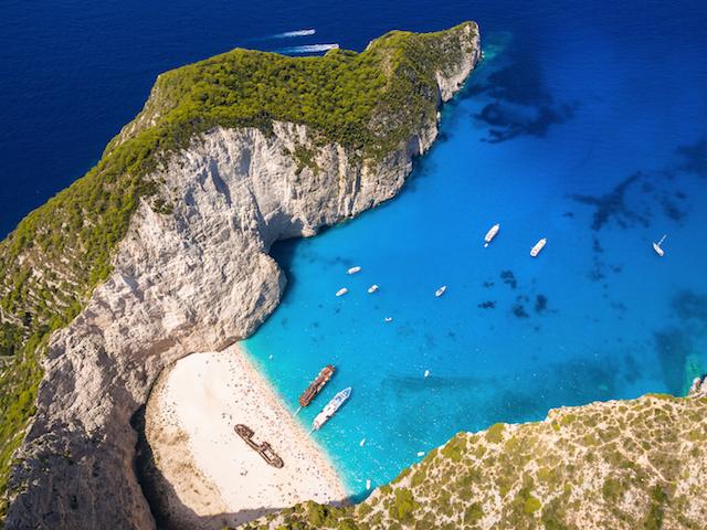 「紅の豚」の世界?船でしか行けない美しすぎる青の入江、ギリシャ・ザキントス島のナヴァイオビーチ