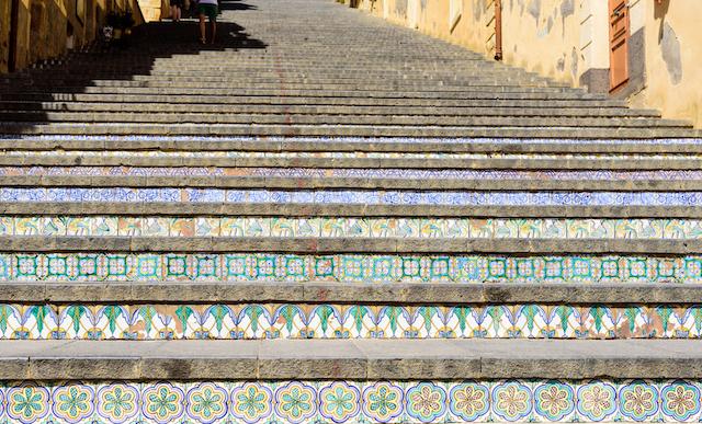 世界で最も美しい階段も!?鮮やかな陶器が街を彩る、シチリア島カルタジローネ