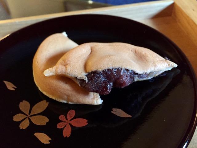 もっちり感がたまらない!満月本店でいただく作りたての阿闍梨餅がおいしすぎた
