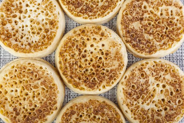 穴ぼこだらけのパンケーキ!イギリスの定番おやつクランペット