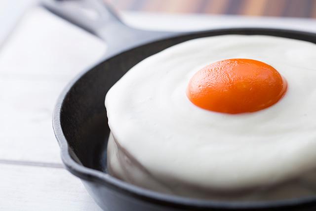 これがパンケーキ?まるで目玉焼きみたいな見た目のパンケーキ「メダマヤーキ」が登場