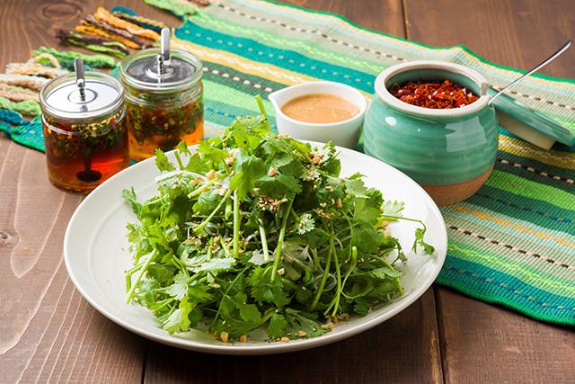 昨年人気No.1の激辛鍋「復活!!激辛青唐辛子鍋」 が登場!今年もパクチーがいっぱいです