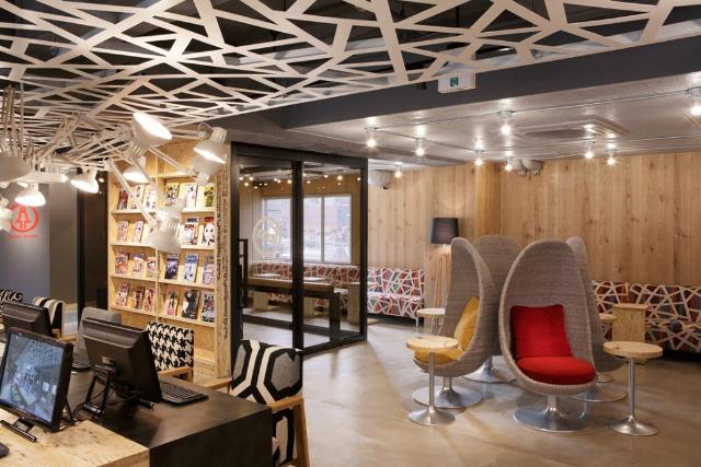 カプセルホテル仕様の女性専用エリアも完備。アートギャラリー風ネットカフェ【新宿 ブース ネットカフェ&カプセル】