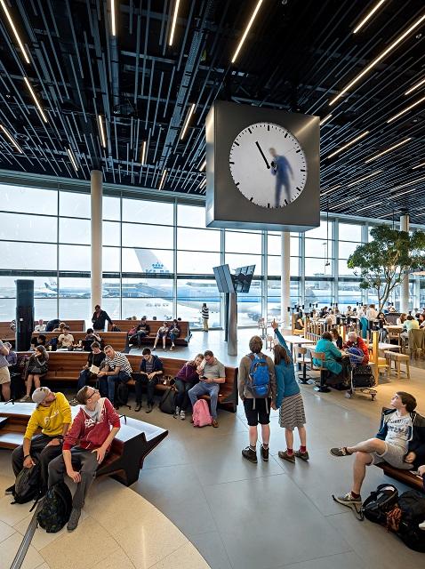 思わず見とれる?オランダの空港の「手書き時計」