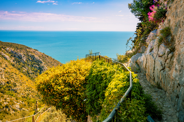 南フランス、コート・ダジュールの海と空のあいだに浮かぶ絶景の村、エズ