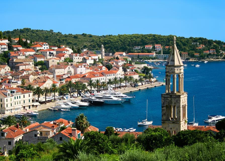 世界中のセレブがお忍びで訪れる、クロアチアの「ラベンダーの島」とは?