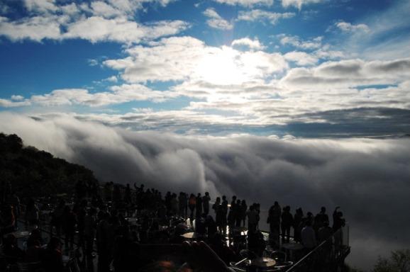 幻想的な雲の海にあらわれる朝陽「トマム雲海」の美しさ