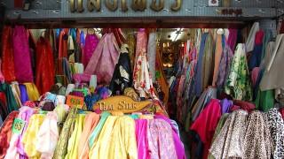 下着を売る屋台、笑顔のマネキン、バンコク服屋めぐり