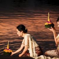 川を汚すことを女神に詫びる、タイのロイクラトン祭り