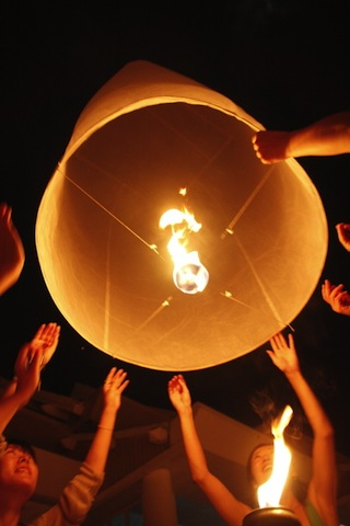 【現地レポート】一生に一度は見たい!数万個のランタンを空に飛ばす祭り