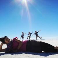 ウユニ塩湖の「トリックアート」でガリバー体験