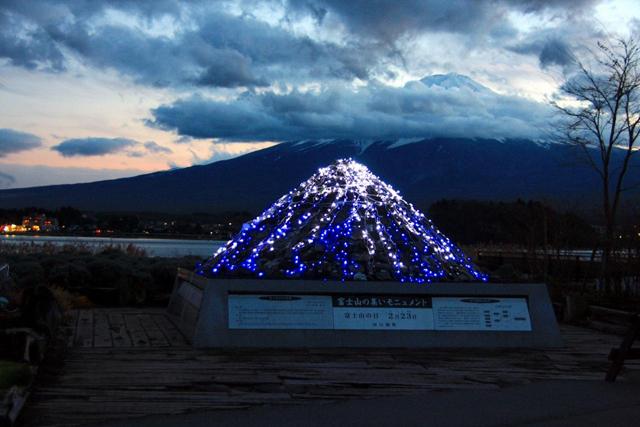 富士山×イルミネーションが美しい!「光のナイアガラ&ウェイブ」