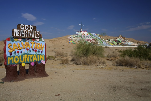 砂漠の真ん中で異彩を放つ、神からのメッセージ