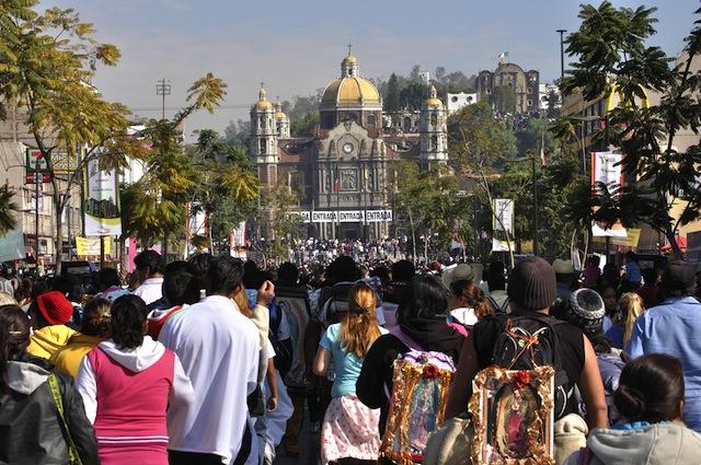 メキシコにある褐色のマリアを彩る「愉快な祭壇」