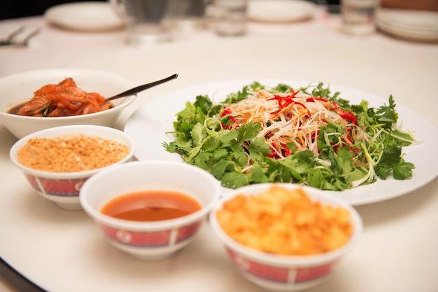 これがないと旧正月が始まらない! シンガポールの豪華サラダ