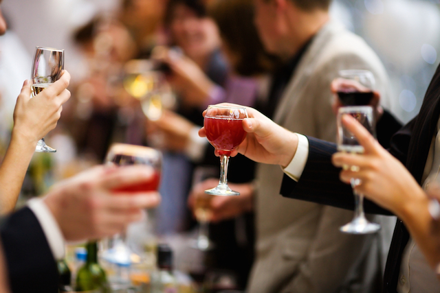 海外でパーティーに招かれた!出席前に知っておきたい、パーティーマナー