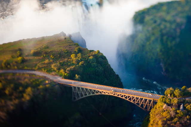 【ジンバブエ】命がけの崖っぷち体験!怖すぎる滝「ビクトリアフォールズ」