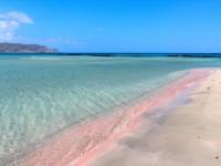 砂浜がピンク色に輝く、世界の絶景ビーチたち