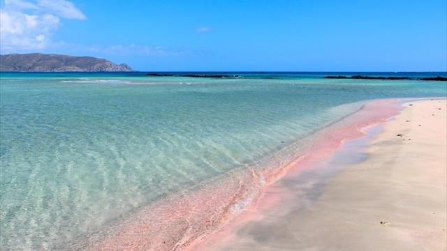 砂浜がほんのりピンク色に輝く、世界の絶景ビーチ