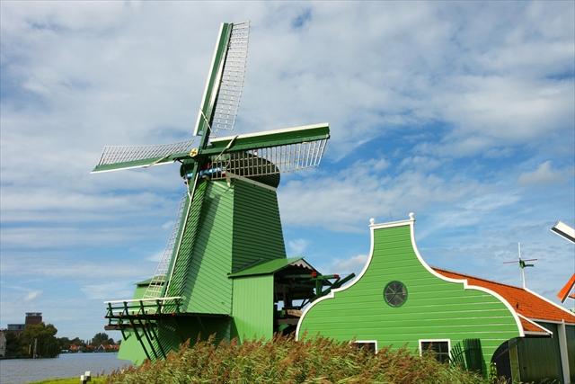 オランダの愛らしい田舎町、「緑の町」「白の町」「赤の町」