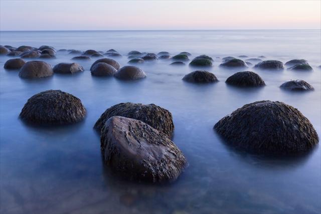 【一体どうした】なぜソコに?世界の不思議な石・岩5選