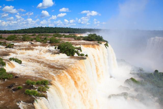 【世界遺産】大雨の影響で増水するイグアスの滝、その自然現象は脅威的!
