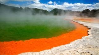 地底エネルギーが作った、ロトルアの絵ノ具パレットのような「温泉絶景」