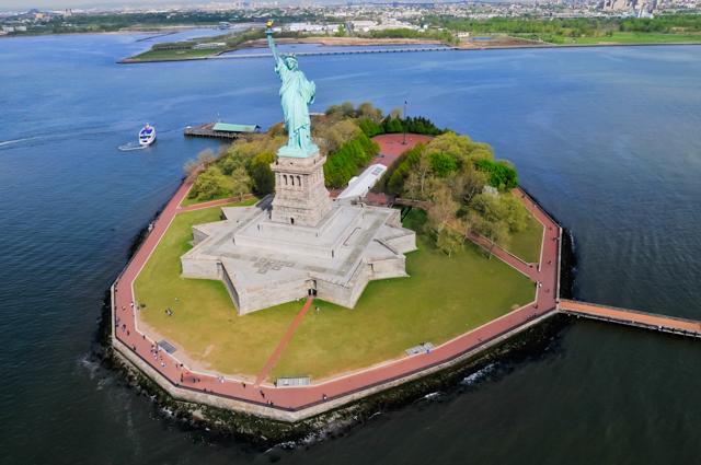 マンハッタン空中散歩 ヘリコプター・ツアーで、空を羽ばたく鳥になる