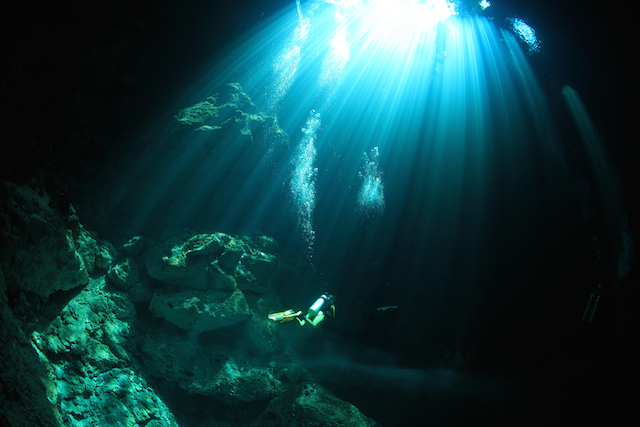 光のカーテンが神秘的すぎる地底湖 グランセノーテ