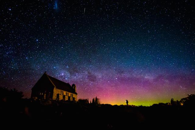 まるでCGの世界のよう…。世界一の星空とミルキーブルーの湖畔が広がる「テカポ」