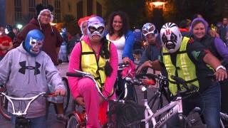 メキシコのプロレス、ルチャリブレの仮装で楽しむ愉快なフラッシュモブ