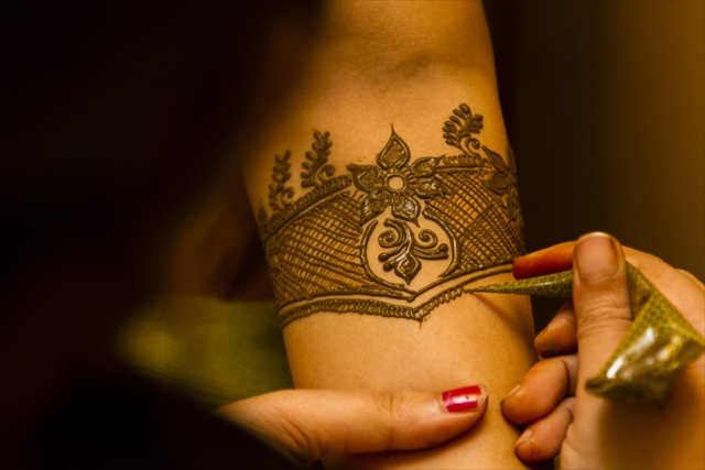 【インド】緻密な美しさ!花嫁の幸せを祈るボディペイント