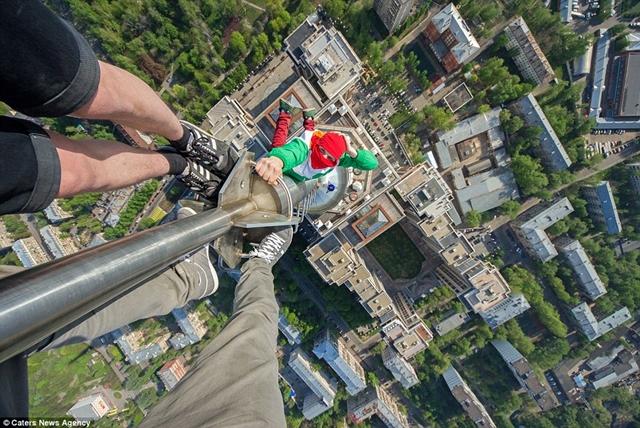 命綱なしでの試み!アジアの高層ビルに登る20歳の男性が話題に!