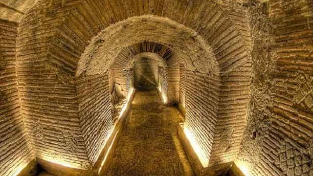 【気分は冒険家】ナポリの地下にある、迷路のような巨大地下都市に潜入!