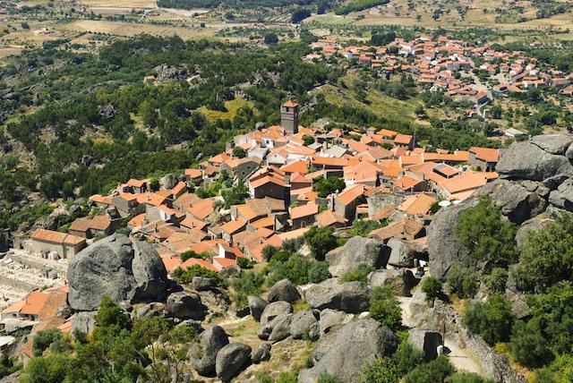 【ポルトガル】岩と村が共存する不思議な村「モンサント」