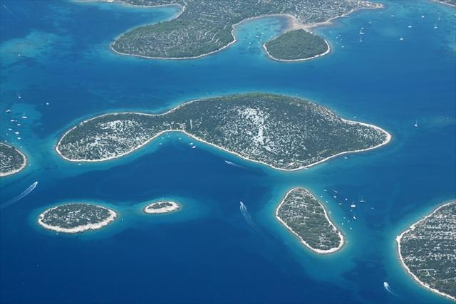 神が涙と星屑、息吹で創造した島々 コルナティ諸島