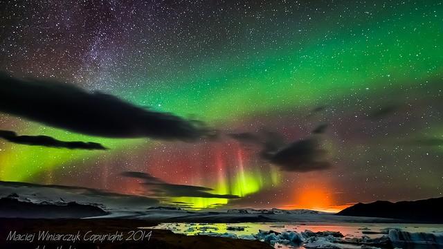 まるで幻の世界。オーロラ、天の川、火山噴火を同時に写した「奇跡の写真」